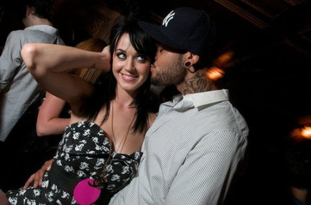 fdcb6d6d46a55509_katy-perry-and-travis-mccoy-at-manor-nightclub-in-chicago-august-2nd-photo-credit-darkroomdemonscomxxlarge